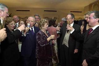 Il Presidente Ciampi con la moglie Franca e i suoi piu' stretti collaboratori brinda al nuovo anno
