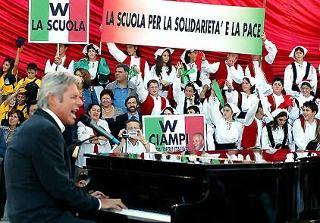 Il cantautore Claudio Baglioni durante la sua esibizione al Vittoriano, in occasione dell'apertura dell'anno scolastico 2003/2004 alla presenza del Presidente Ciampi.