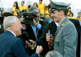 Il Presidente Ciampi con il Campione del Mondo del salto con l'asta Giuseppe Gibilsco, al Vittoriano, in occasione dell'apertura dell'anno scolastico 2003/2004.