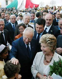 Il Presidente Ciampi con la moglie Franca, al Vittoriano, al termine della cerimonia di apertura dell'anno scolastico 2003/2004.