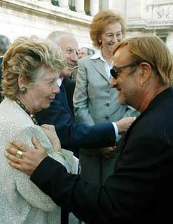 La Signora Franca Pilla Ciampi con il Presidente della Repubblica, il Ministro dell'Istruzione, Università e Ricerca Letizia Moratti, si intrattiene con il cantautore Lucio Dalla, al termine della cerimonia di apertura dell'anno scolastico 2003/2004.