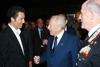 """Il Presidente Ciampi all'anteprima del film su """"Salvo D'Acquisto"""" si intrattiene con l'interprete Beppe Fiorello e il Comandante Generale dell'Arma Bellini."""