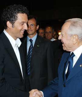 """Il Presidente Ciampi con Beppe Fiorello, protagonista del film """"Salvo D'Acquisto"""", al termine della proiezione del film in anteprima."""