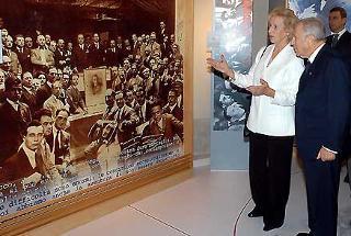 Il Presidente Ciampi con Maria Romana De Gasperi durante la visita alla Mostra internazionale su Alcide De Gasperi, osserva una foto dei partecipenti al Congresso di Roma del 1925