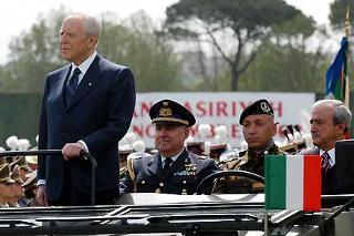 Il Presidente Ciampi accompagnato dal Ministro della Difesa Antonio Martino, e dal Consigliere Militare Gen. S.A. Giovanni Mocci passa in rassegna i Reparti schierati in occasione della Festa dell'Esercito