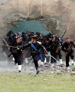 La simulazione della Breccia di Porta Pia da parte dei Bersaglieri, durante il carosello storico, in occasione della Festa dell'Esercito.