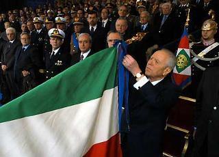 """Il Presidente Ciampi consegna alla bandiera dell'Esercito la """"Croce di Cavaliere all'Ordine Militare d'Italia"""", in occasione della Festa dell'Esercito."""
