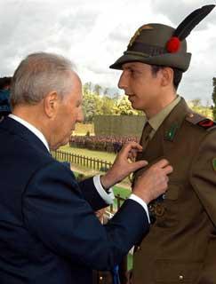 Il Presidente Ciampi consegna la Medaglia d'Argento al Valor Civile al Caporal Alp. Giannini, in occasione della Festa dell'Esercito.