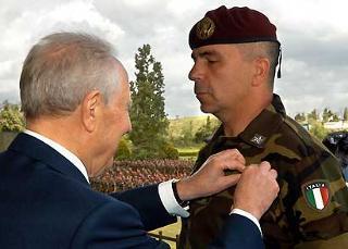 Il Presidente Ciampi consegna la Croce d'Oro al Merito dell'Esercito al Ten. Col. Mezzalana, in occasione della Festa dell'Esercito.