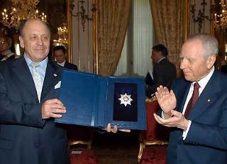 Il Presidente Ciampi riceve la Stella della World Jurist Association dal Presidente Valerij O. Yevdokimov, in occasione dell'incontro con i componenti la delegazione.