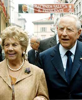 Il Presidente Ciampi con la moglie Franca all'arrivo in Piazza Cavalli.