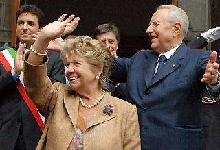 Il Presidente Ciampi con la moglie Franca all'uscita da Palazzo Gotico, rispondono al saluto dei cittadini presenti.