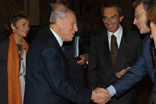 Il Presidente Ciampi accompagnato dal Vice Segretario generale Carmela Decaro, saluta Eric Froment e Piero Tosi, rispettivamente Presidente dell'Associazione Europea delle Università e Presidente della Conferenza dei Rettori delle Università Italiane.