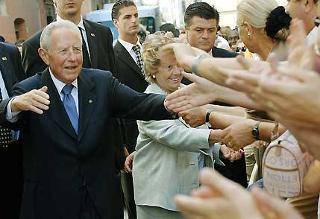 Il Presidente Ciampi, con la moglie Franca, accolti dai cittadini abruzzesi al loro arrivo in Prefettura.
