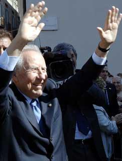 Il Presidente Ciampi, stamane in Piazza dei Martiri della Libertà, rispnde al saluto dei cittadini abruzzesi.
