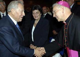 Il Presidente Ciampi saluta il Vescovo di Teramo-Atri Vincenzo D'Addario.