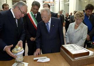 Il Presidente Ciampi con la moglie Franca durante la visita nella città abruzzese con il Presidente della Regione Ottaviano Del Turco, il Sindaco Giovanni Chiodi ed il Presidente della Provincia Ernino D'Agostino.