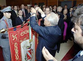 Il Presidente Ciampi consegna la Medaglia d'Oro al Merito Civile al Gonfalone della Provincia.