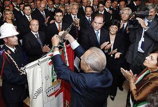 Il Presidente Ciampi consegna la Medaglia di Bronzo al Merito Civile al Gonfalone del Comune di Martinsicuro.
