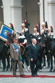 Cerimonia di insediamento del Presidente della Repubblica Carlo Azeglio Ciampi - Passaggio in rassegna nel Cortile d'Onore del Palazzo del Quirinale.