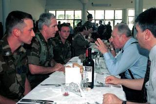 """Il Presidente della Repubblica Carlo Azeglio Ciampi durante la colazione nella sede del Comando del Contingente """"Italfor Taurinense Albania"""""""