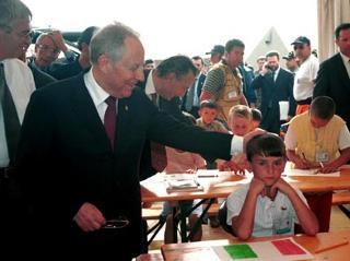 Il Presidente della Repubblica Carlo Azeglio Ciampi durante la visita al  campo profughi in Albania