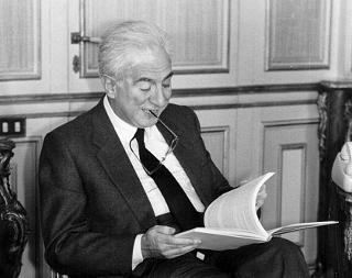 Il Presidente della Repubblica Francesco Cossiga mentre esamina un documento