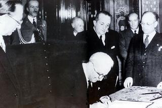 Il Capo Provvisorio dello Stato Enrico De Nicola firma l'atto di promulgazione della Costituzione