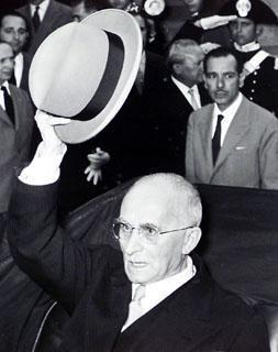 Il Presidente della Repubblica Luigi Einaudi saluta alcuni cittadini