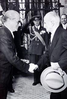 Il Presidente della Repubblica Luigi Einaudi saluta Giovanni Gronchi