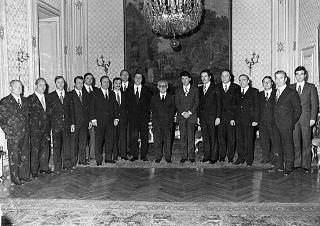Il Presidente della Repubblica Giovanni Leone con un gruppo di dipendenti