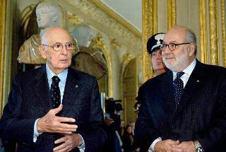 Il Presidente Giorgio Napolitano con a fianco l'Ambasciatore Giovanni Caracciolo di Vietri, in occasione dell'incontro presso l'Ambasciata d'Italia a Parigi
