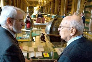 Il Presidente Giorgio Napolitano nel corso della visita alla Biblioteca Mazarine, presso l'Institut de France
