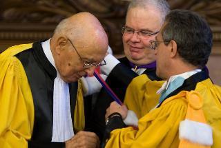 """Il Presidente della Repubblica Giorgio Napolitano riceve dal Presidente dell'Università Sorbonne-Paris IV Georges Molinié, il dottorato """"honoris causa"""""""
