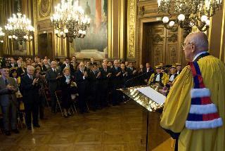 Il Presidente Giorgio Napolitano riceve l'applauso subito dopo il conferimento del dottorato honoris causa all'Università Sorbonne-Paris IV