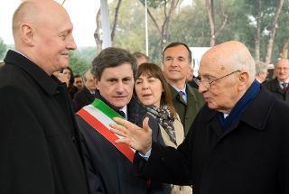 """Il Presidente Giorgio Napolitano saluta Pavol Dubcek, Presidente della Società """"Alexander Dubcek"""", in occasione della cerimonia di inaugurazione del monumento dedicato al padre"""