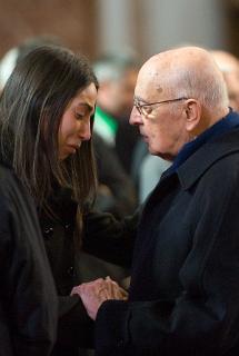 Il Presidente Giorgio Napolitano conforta la Sig. Daniela, vedova dell'Alpino Luca Sanna