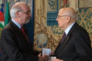 Il Presidente Giorgio Napolitano riceve dal Presidente dell'Ordine dei Giornalisti la Tessera dell'Ordine