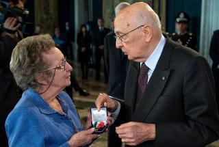 Il Presidente Giorgio Napoiltano consegna la Medaglia d'Oro al Valor Civile alla memoria di Carlo Casalegno alla Sig.ra Adele Casalegno