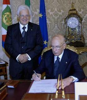 Il primo atto ufficiale del Presidente Giorgio Napolitano, la firma del Decreto di nomina a Segretario generale del Quirinale del Consigliere Donato Marra, al termine della cerimonia di insediamento.