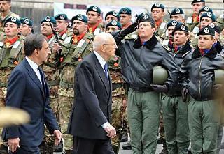 Il Presidente Giorgio Napolitano, accompagnato dal Ministro della Difesa Ignazio La Russa, passa in rassegna un reparto schierato, in occasione della celebrazione del 150° anniversario della costituzione dell'Esercito Italiano