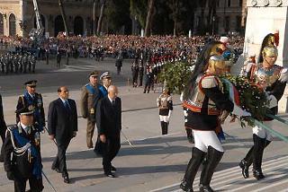 Il Presidente Giorgio Napolitano ascende la Scalea del Vittoriano per deporre una corona d'alloro sulla Tomba del Milite Ignoto.