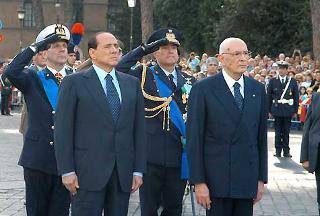 Il Presidente Giorgio Napolitano al suo arrivo all'Altare della Patria, poco prima di ascendere la Scalea del Vittoriano per deporre una corona d'alloro sulla Tomba del Milite Ignoto.