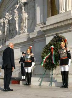 Il Presidente Giorgio Napolitano depone una corona d'alloro sulla Tomba del Milite Ignoto.