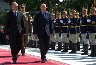 Il Presidente Giorgio Napolitano con il Presidente di Romania Traian Basescu, durante la cerimonia di benvenuto a Palazzo Cotroceni