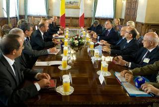 Il Presidente Giorgio Napolitano e il Presidente di Romania Traian Basescu nel corso dei colloqui allargati alle Delegazioni