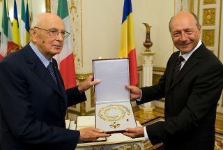 Il Presidente Giorgio Napolitano durante lo scambio di onorificenze con il Presidente di Romania Traian Basescu