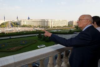 Il Presidente Giorgio Napolitano nel corso della visita al Parlamento Romeno osserva la città dal balcone d'onore