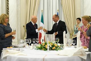 Il Presidente Giorgio Napolitano e il Presidente di Romania Traian Basescu con le rispettive consorti, in occasione del brindisi al pranzo di Stato
