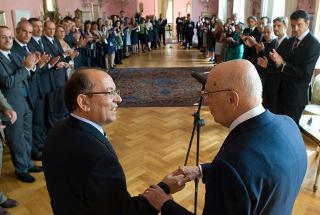 Il Presidente Giorgio Napolitano con l'Amb. d'Italia a Bucarest Mario Cospito, durante l'incontro con il personale dell'Ambasciata e le Istituzioni italiane operanti in Romania